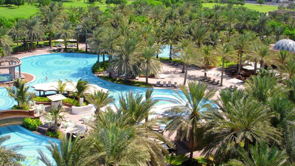 Pour un paradis végétal, intégrez des plantes autour de votre piscine.